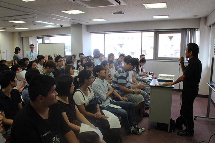 毎年6月に大学、専門学校を招き、模擬授業と進路相談会を行います。